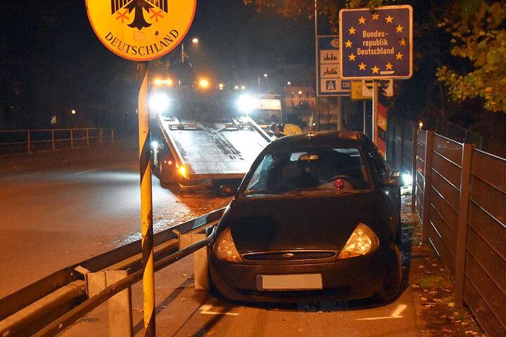 An der Grenze war Endstation: Die 18-jährige Beifahrerin soll festgenommen worden sein, der 28 Jahre alte Fahrer geflüchtet.