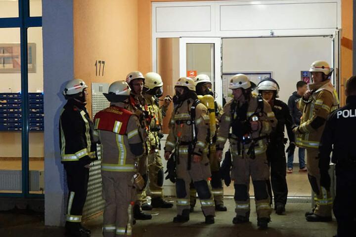 Die Feuerwehr ist mit 50 Rettungskräften vor Ort, um den Brand zu löschen.