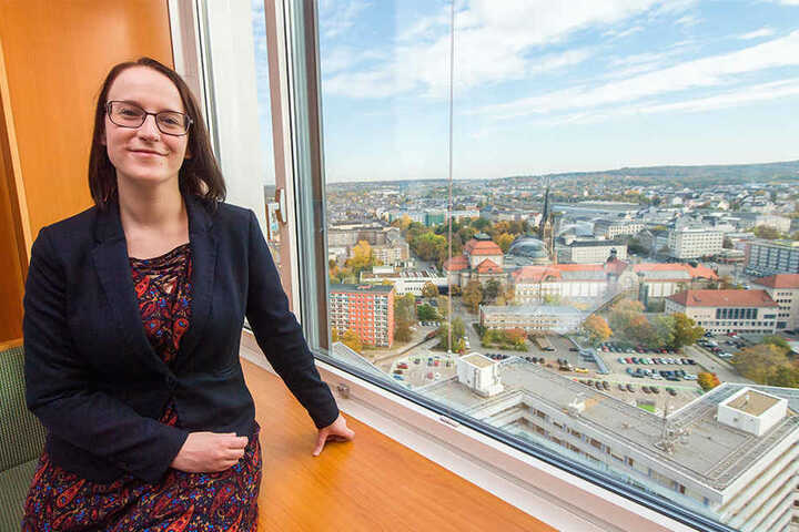 Schlemmen in knapp 100 Metern Höhe: Dorint-Vizechefin Tina Wascher (32) zeigt den Blick aus dem Restaurant-Fenster.