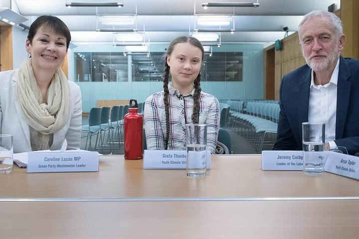 Greta trifft sich mit Caroline Lucas, Vorsitzende der Grünen-Partei, und Jeremy Corbyn, Vorsitzender der Labour-Partei, im britischen Unterhaus.