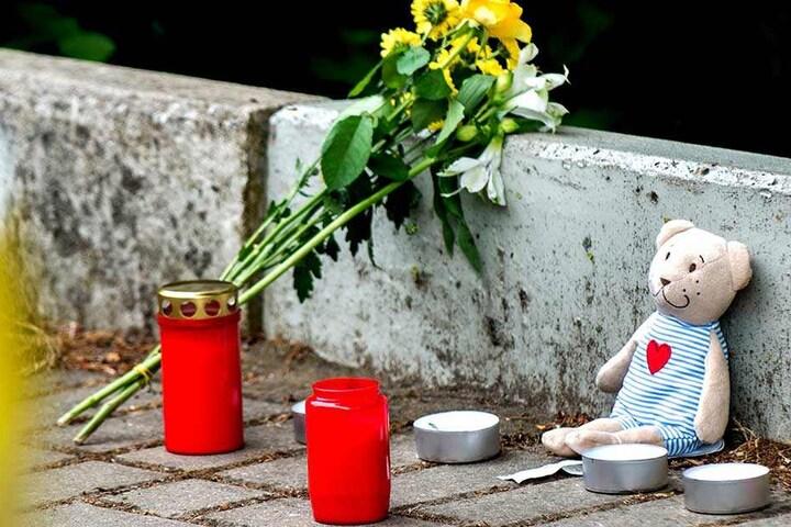 Kerzen und Blumen als Ausdruck der Anteilnahme und Trauer über den Tod der 16-Jährigen.