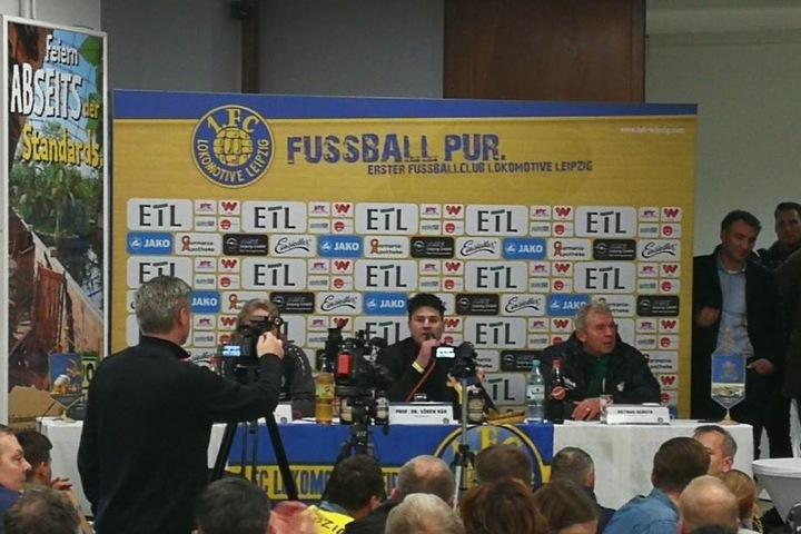 Bei der Pressekonferenz wurde Chemie-Trainer Dietmar Demuth (re.) im VIP-Raum von einem Lok-Anhänger mit einem vollen Bierbecher beworfen.