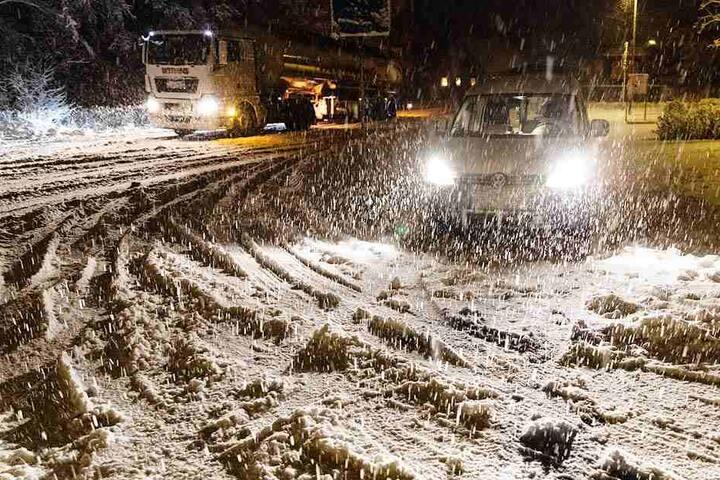 Auf der B95 bei Wehrsdorf lag auf der Straße innerhalb kürzester Zeit eine geschlossene Schneedecke.