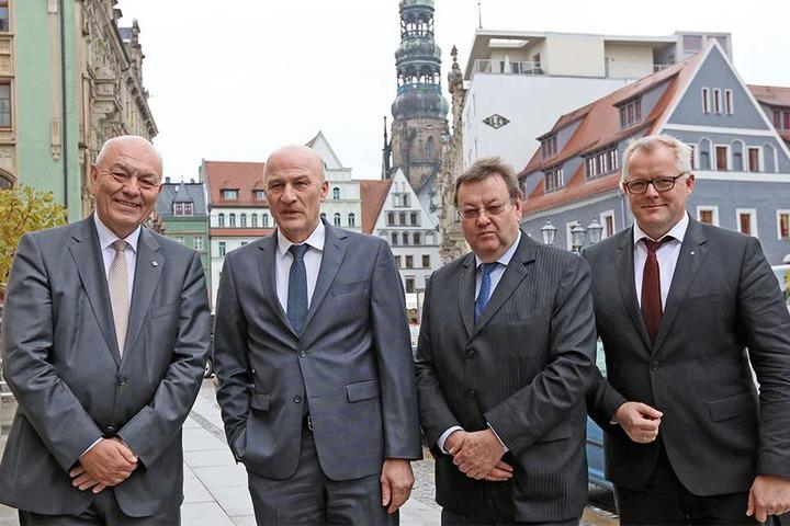 IHK-Präsident Dieter Pfortner (v.l.) mit Volkswagen-Zwickau-Vorstand Frank Witter, Kongress-Veranstalter Michael Stopp und VW-Finanzvorstand Kai Siedlazek.