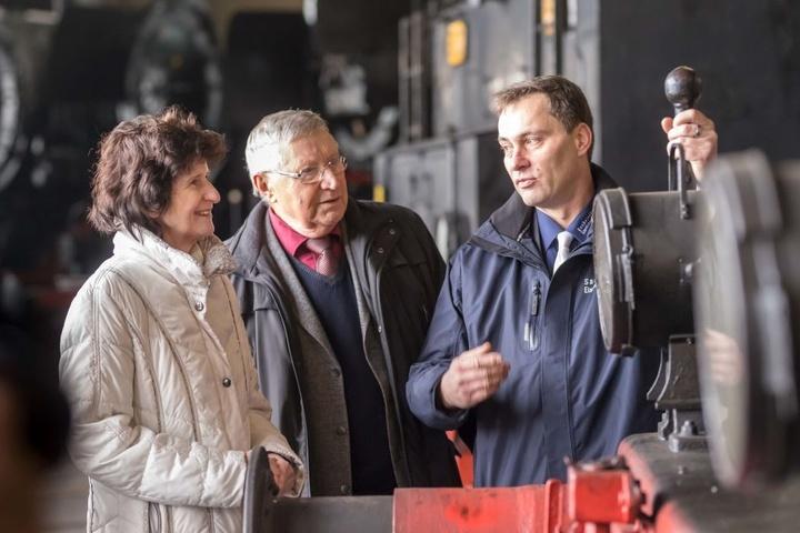 Der Freistaat Sachsen steuert 500 000 bei. Ministerin Eva-Maria Stange  (60) überbrachte Sven Liebold (49, g.r.) vom Museumsverein den  Zuwendungsbescheid.