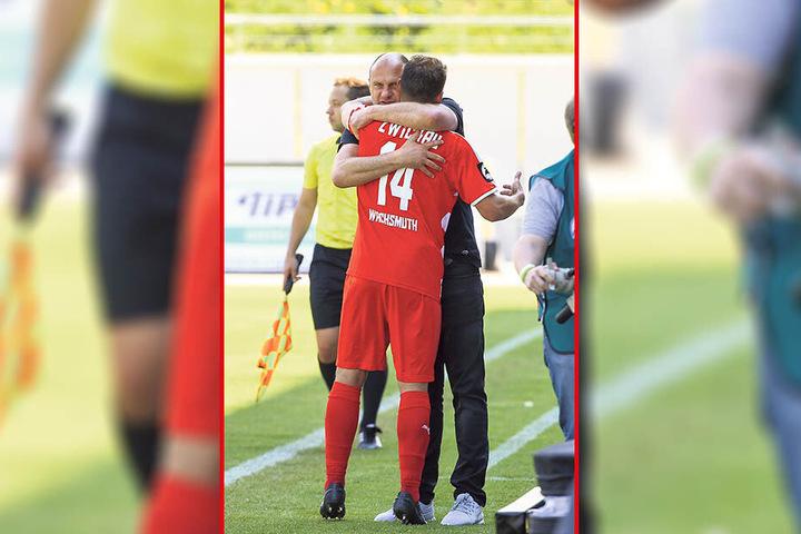 Ein emotionaler Moment: FSV-Sportchef David Wagner drückt Toni Wachsmuth nach dessen letzten Drittliga-Spiel gegen Münster ganz fest an sich. Wachsmuth wird Wagners Nachfolger - beide haben den Verein über eine lange Zeit geprägt.