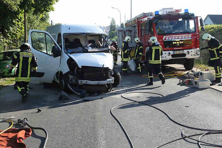 Drei Fahrzeuge, darunter ein Lkw, sind kollidiert.