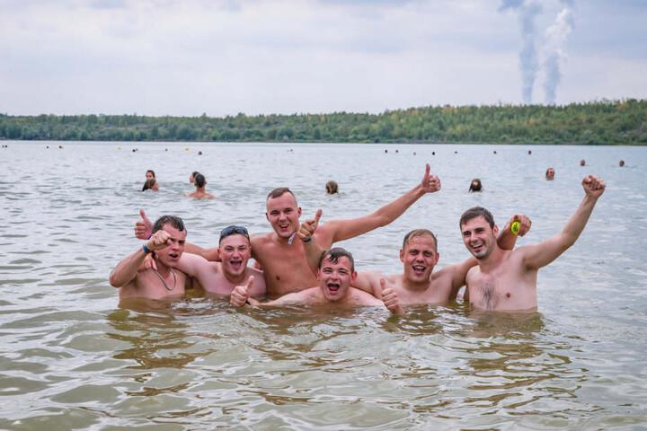 Wenn nicht nur die Hitze zu Kopf steigt: Erfrischung gab's beim Sprung in den Störmthaler See.