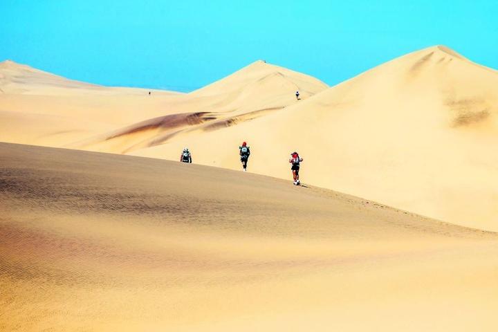 In der Wüste nahmen die Extremläufer elende Strapazen auf sich. Insgesamt 250 Kilometer und unzählige Höhenmeter - Dünen rauf und runter - hatte jeder zu bewältigen.