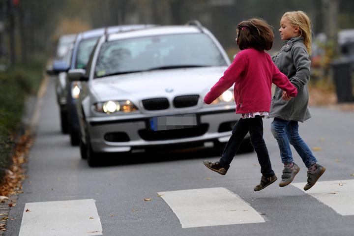 Kinder können im Straßenverkehr oftmals unberechenbar reagieren (Symbolfoto).