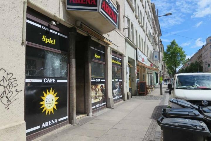 Vor diesem Spielcafé auf der Eisenbahnstraße wurde am Freitagabend ein Mann (54) niedergestochen.