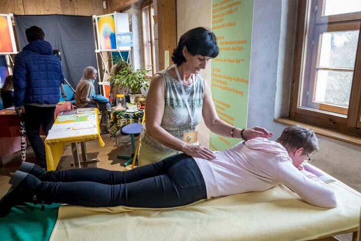 Sie rückt's wieder gerade: Bettina Bauch (61) ist Heilerin und spezialisiert auf Körperbegradigungen.