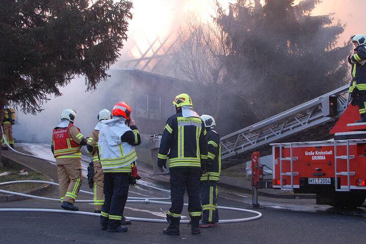 Die Einsatzkräfte der Feuerwehr konnten die Flammen schnell unter Kontrolle bringen, die Tischlerei aber wurde vollständig zerstört.