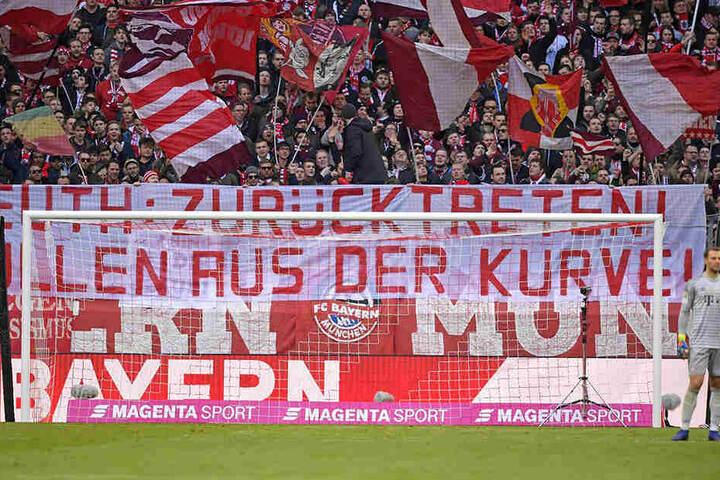 Auch Fans des FC Bayern München nahmen den Hessischen Innenminister Peter Beuth per Spruchband ins Visier.