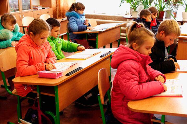 Unterricht nur in Winterjacken: Auch an dieser Schule in Bakhmutka sorgen die Helfer wieder für funktionierende Heizungen.