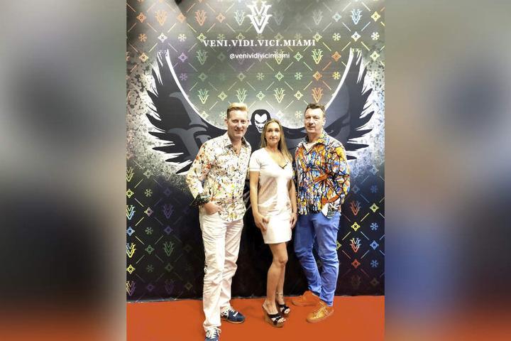 """Designer Rene König (46) und Fotograf Kai Schmidt (54) trafen die ausgewanderte Chemnitzerin Silvia Hee (42), die mit dem Label """"Veni vidi vici"""" erfolgreich wurde."""