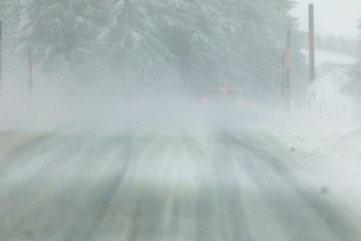 Die orkanartigen Böen sorgen für heftige Schneeverwehungen im Erzgebirge.