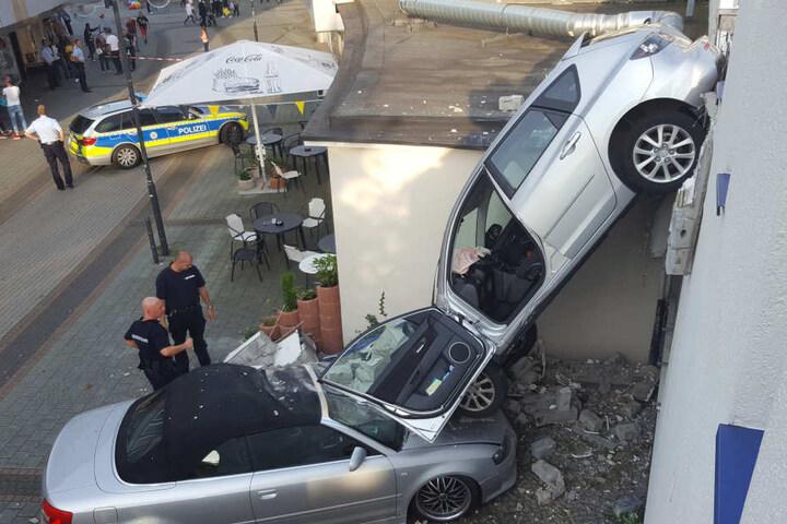 Beim Rangieren mit ihrem Auto durchbrach die Frau die Außenwand eines Parkhauses.