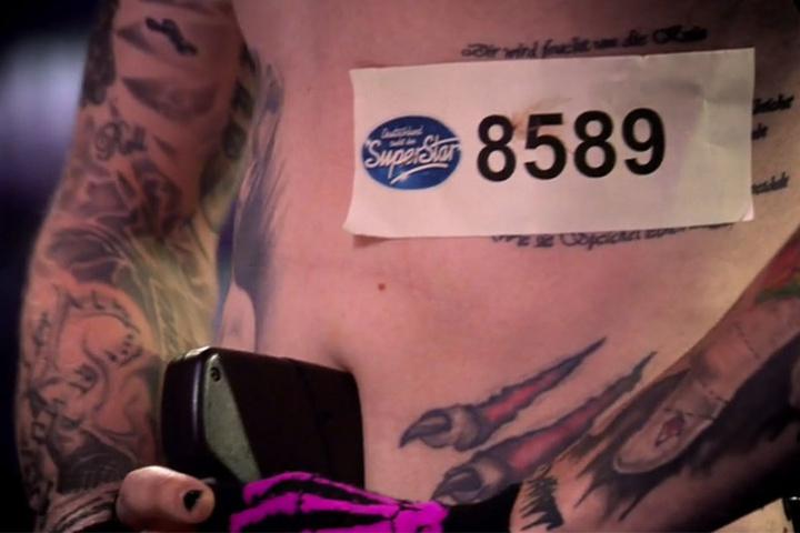 Die Nummer hat Oliver sich einfach an den Körper fest getackert.