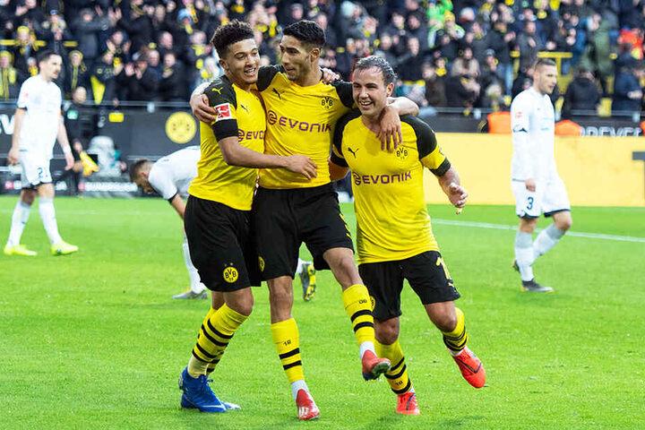 Mario Götze (r.) bejubelt mit Achraf Hakimi (M.) und dem überragenden Jadon Sancho (l.) sein 2:0 für den BVB.