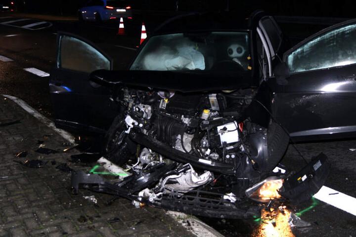 Ein Blick auf den zerstörten Wagen.