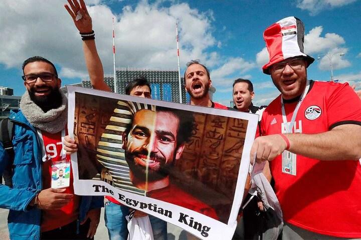 Fans feiern den ägyptischen Stürmerstar Mohamed Salah. Dabei ist das WM-Aus für Ägypten so gut wie besiegelt.