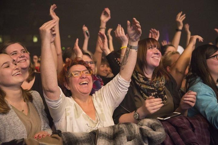 Hände hoch und mitgesungen: Wenn der Sänger sein Mirko in die Masse hält, tönt es fast immer laut und energisch zurück.