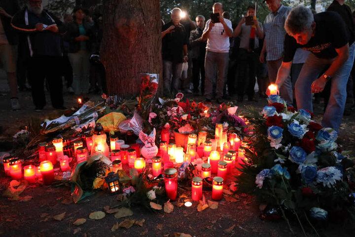 Am mutmaßlichen Unglücksort legten Menschen Blumen für den verstorbenen Markus B. (†22) nieder und zündeten Kerzen an.