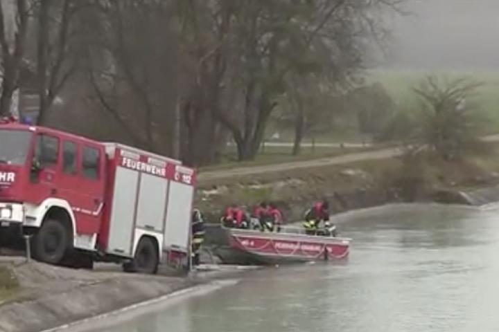 Die Feuerwehr suchte den Inn mit Booten ab.