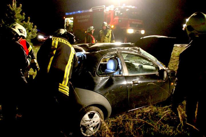 Der schwer verletzte Fahrer musste von den Kameraden aus seinem Wagen befreit werden.