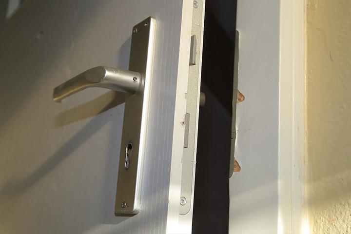 Zwei Türen hatten die Ganoven aufgehebelt. Innerhalb von zwei Tagen waren die Einbrecher zweimal gekommen.