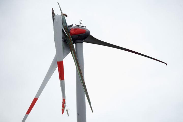 Der abgebrochene Flügel eines Windrades hängt während des Sturmtiefs Bennet am Maschinenhaus.