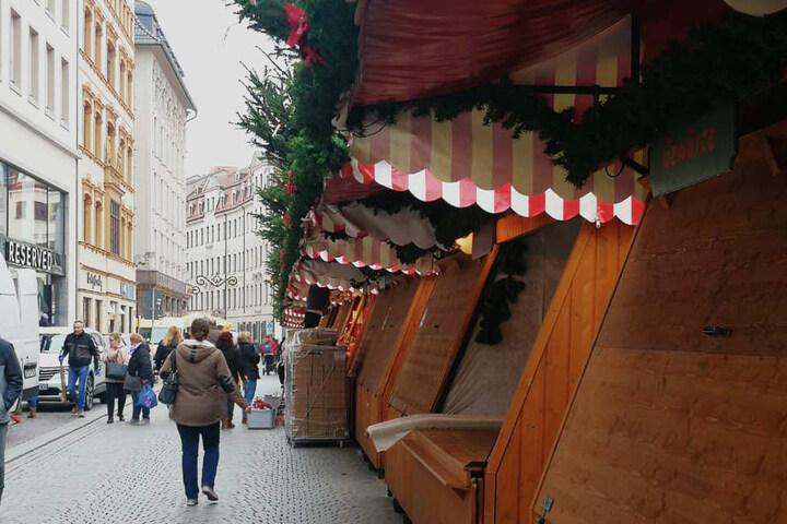 Unter www.leipzig.de/weihnachtsmarkt ist eine auch mit mobilen Geräten nutzbare Karte mit allen Händlern zu finden, die die Suche nach einem bestimmten Sortiment oder Lieblingsstand erleichtert.