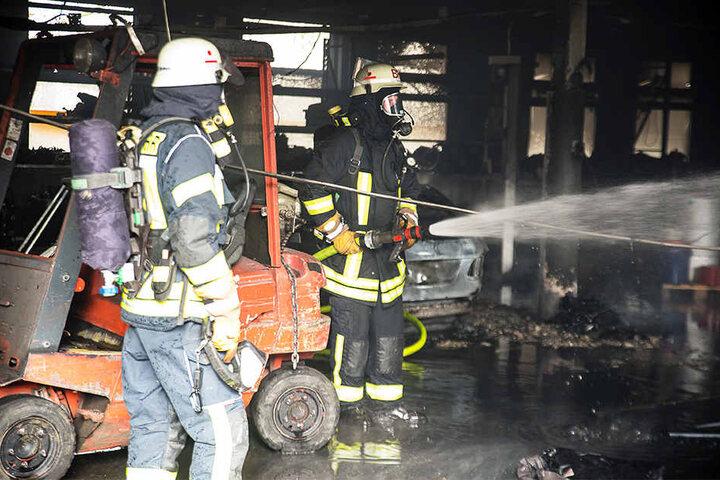 Als die Feuerwehr eintraf, brannte die Werkstatt bereits lichterloh.