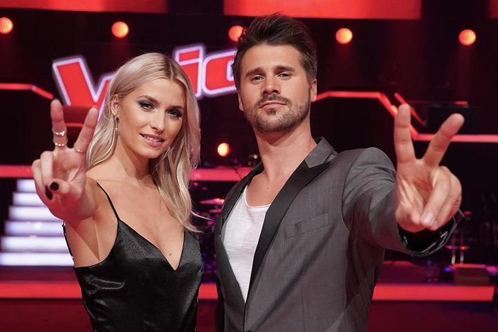 """Moderieren """"The Voice"""" als dynamisches Duo: Lena Gercke und Thore Schölermann."""