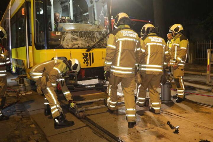 Die Kameraden der Berufsfeuerwehren Striesen und Albertstadt mussten die Unfall-Bahn mit hydraulischem Gerät anheben.