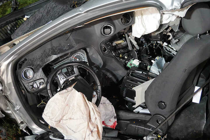 Im Fahrerraum war das Unfallopfer stark eingeklemmt.