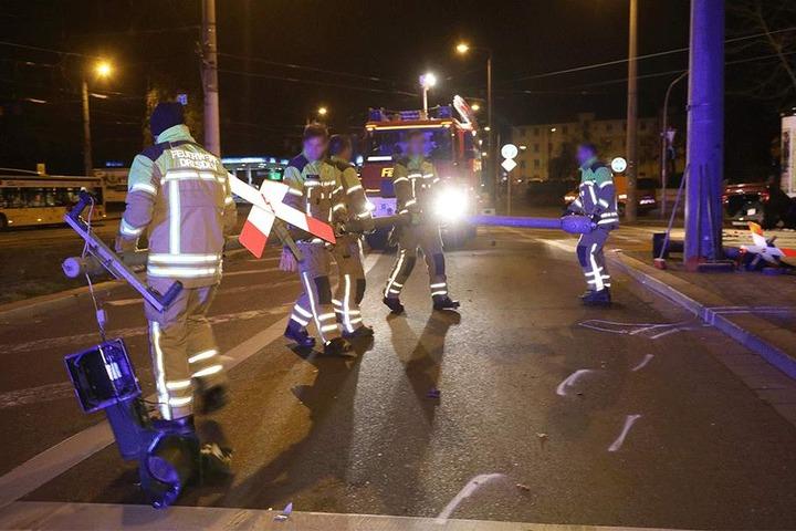 Feuerwehrmänner transportieren den gefällten Ampelmast ab.