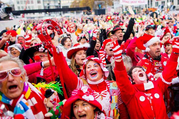 An diesem Sonntag werden wieder Hunderttausende den Start der Kölner Karnevalssaison feiern (Archivbild).