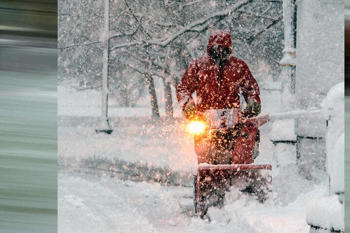 Saratoga Springs: Ein Mann räumt eine verschneite Straße. Ein äußerst schwerer Wintersturm hat an der Ostküste der USA zu Überschwemmungen und erheblichen Beeinträchtigungen geführt.