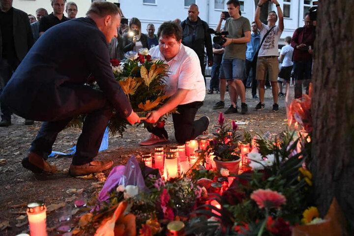 Am Unglücksort wurden Kerzen und Kränze niedergelegt.