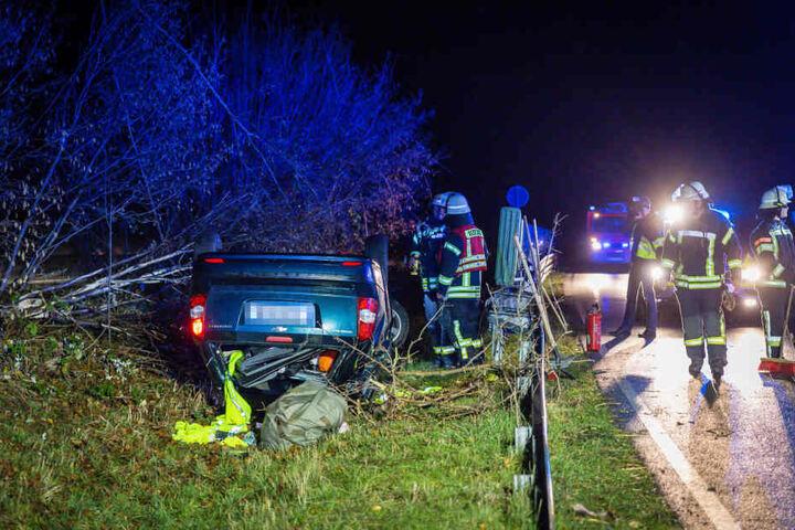 Der schwerverletzte Fahrer rettete sich aus seinem Fahrzeug.