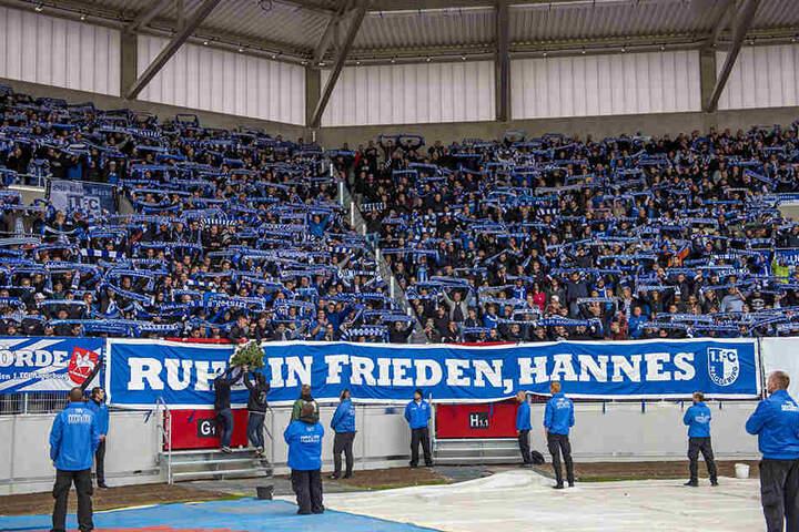 Vor dem Spiel wurde dem verstorbenen Magdeburger Fan eine Schweigeminute gewidmet.