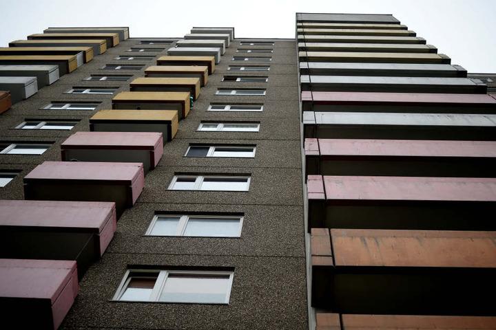 Der 44-Jährige war aus dem 9. Stock eines Plattenbaus gestürzt. (Symbolbild)