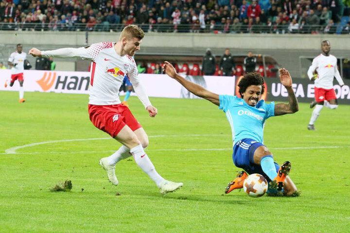 Timo Werner (l.) versucht im Hinspiel an Ex-Bundesligaspieler Luiz Gustavo (r.) vorbeizukommen. Im Rückspiel wollen die Sachsen wieder voll auf Sieg spielen.