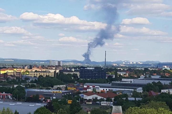 Unser Leser Heiko Gräber hat die Rauchsäule vom Hochhaus Albert-Wolf-Platz (Prohlis) aus fotografiert.