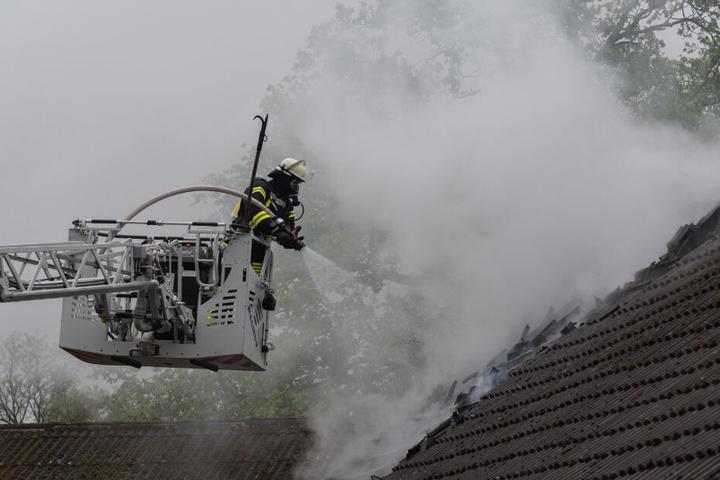 Mit Hilfe einer Drehleiter löschte die Feuerwehr den Dachstuhlbrand.