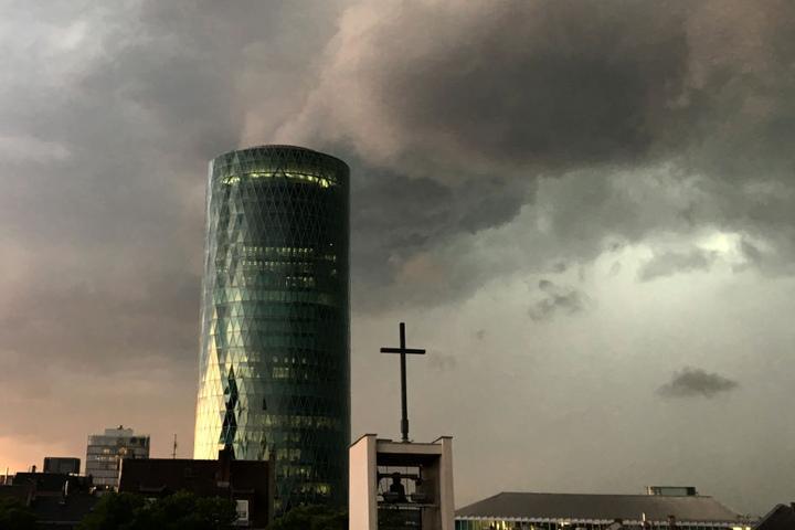 Das Unwetter war kurz aber heftig, die Feuerwehr in Frankfurt hatte alle Hände voll zu tun.