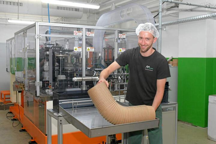 Eric Schmidt an der Wickelmaschine für Salatschalen.