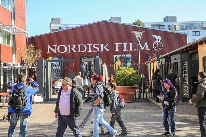 Rund um die Filmstudios in Kopenhagen entstanden zahlreiche Außendrehs. In einer Ausstellung in der Halle sind aktuell mehrere originale Kulissen zu bestaunen.